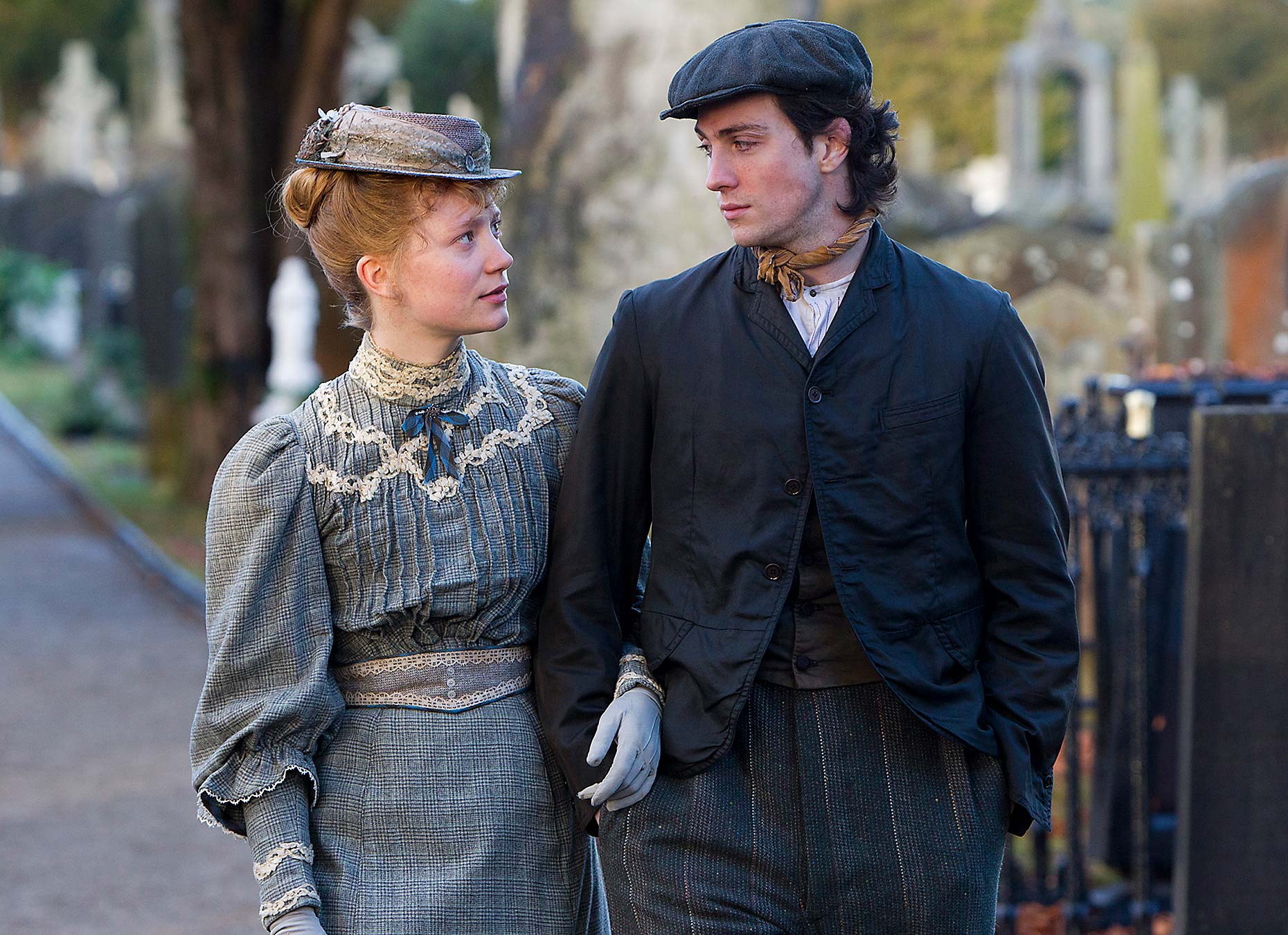 ALBERT NOBBS : Mia Wasikowska and Aaron Taylor-Johnson (2)